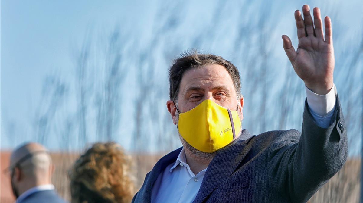 El presidente de ERC, Oriol Junqueras, saluda a los medios de comunicación al salir de prisión, a finales de enero.