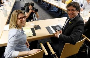 Elsa Artadi y Carles Puigdemont, en la reunión de Junts per Catalunya en Berlín