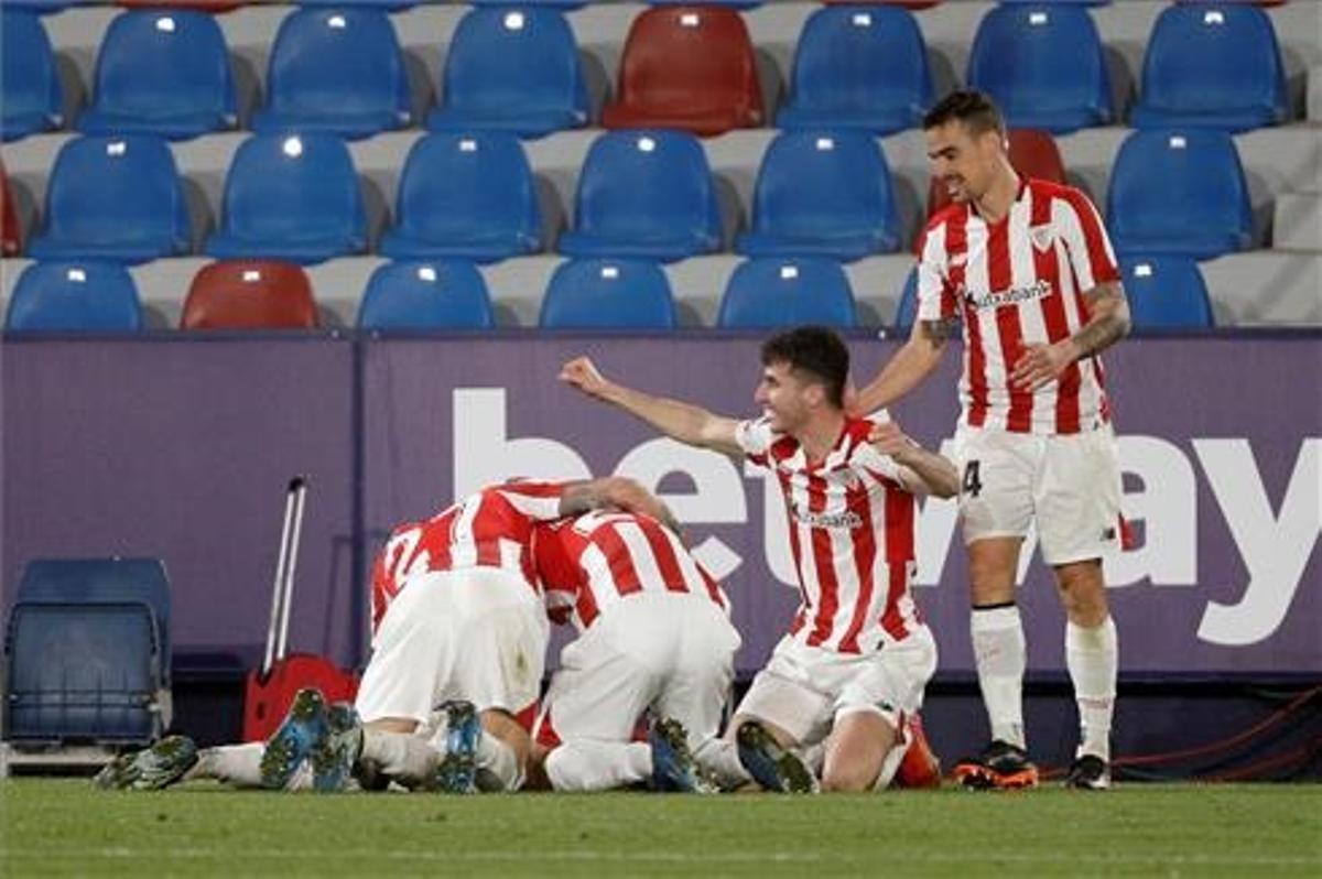 Los jugadores del Athletic celebran el gol de la victoria y el pase a la final, en la prórroga.