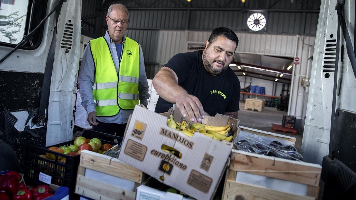 Carga y descarga de mercancía en el nuevo almacén de alimentos frescos del Banc dels Aliments en Mercabarna.