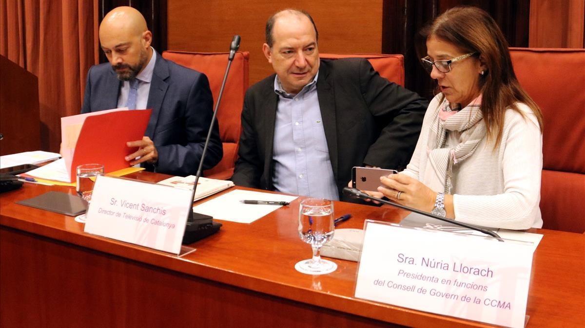 El director de Catalunya Ràdio,Saül Gordillo;el director de TVC, Vicent Sanchis, y la presidenta en funciones de la CCMA, Núria Llorach, en el Parlament.