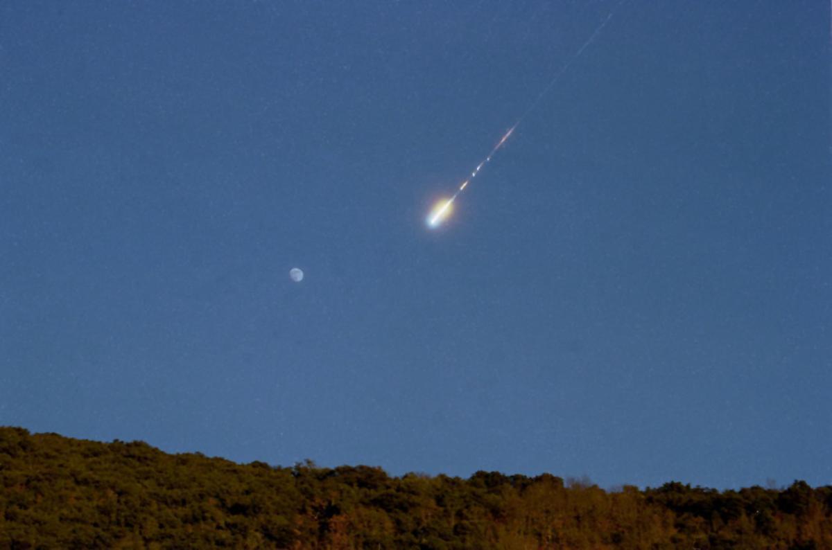 Gran bola de fuego, meteorito, producida por una roca procedente de un asteroide, captada el pasado 21 de enero desde Santa Columba de Corueño, en León.