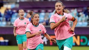 Alexia Putellas, perseguida por Aitana Bonmatí tras marcar el 2-0.