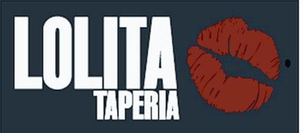 Joan Martínez, cogido de los camareros Neus y Silvio, ayer en Inopia. Abajo, el logo de Lolita.