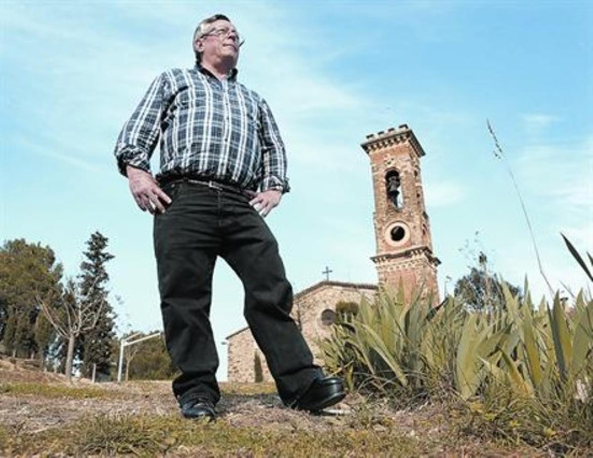 Contemplando el paisaje. Josep Maria Llorente, junto a la iglesia de Castellbell i el Vilar.