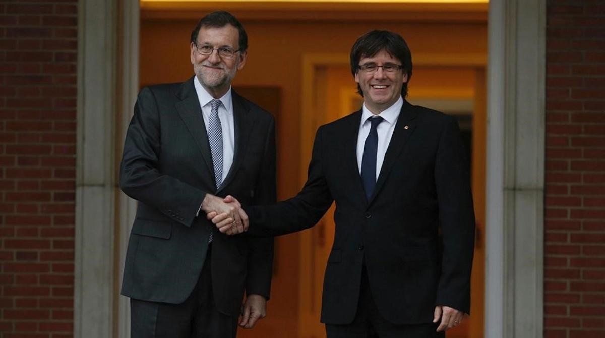 Mariano Rajoy y Carles Puigdemont durante la reunión que mantuvieron en el Palacio de la Moncloa.
