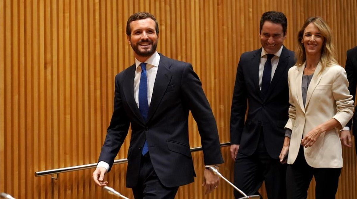 Pablo Casado llega a la reunión con diputados y senadores, este lunes en el Congreso.