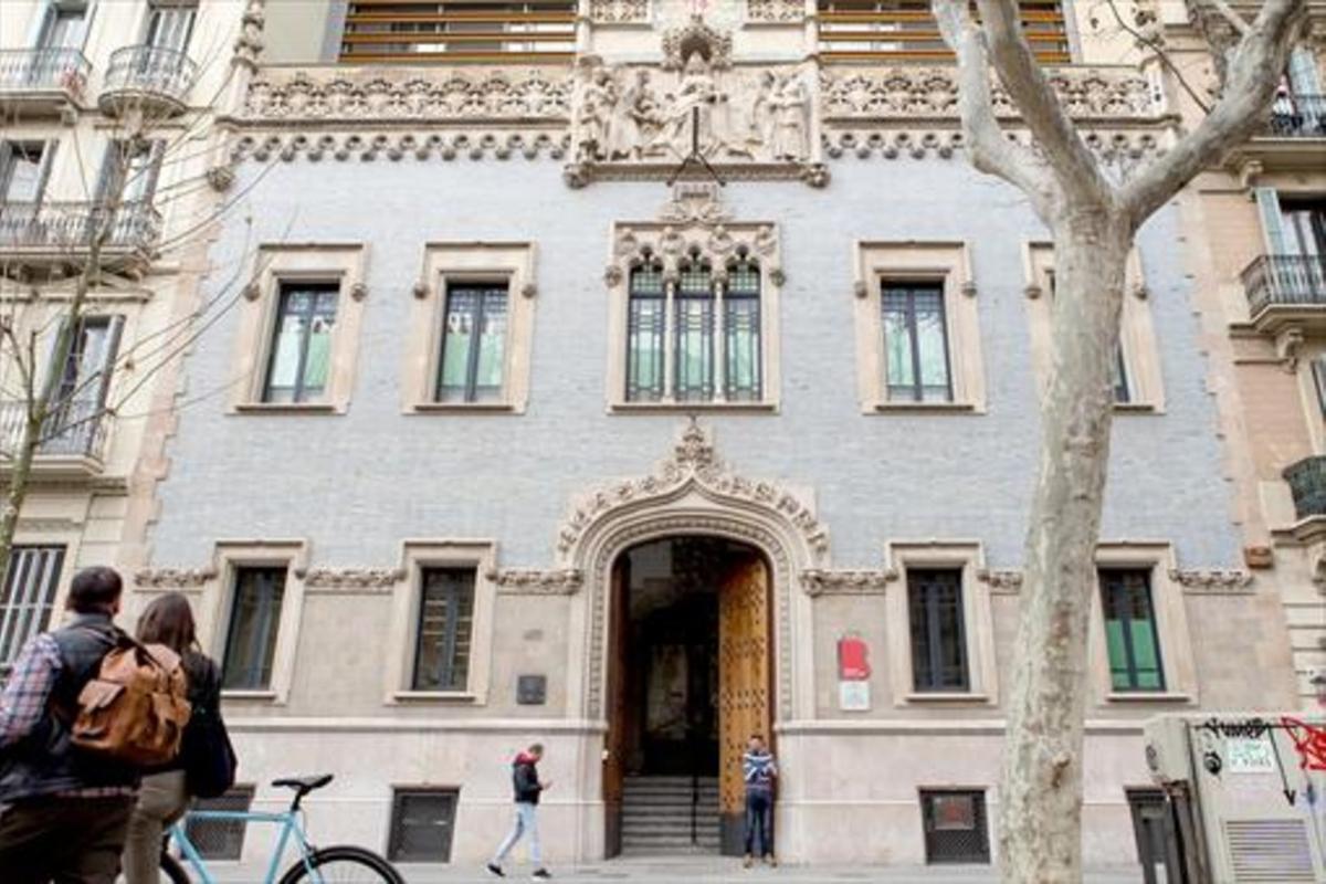 Fachada de la residencia geriátrica Francesc Layret, en la Gran Via.