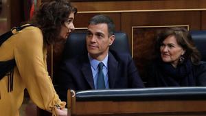 La ministra de Hacienda, María Jesús Montero, habla con el presidente Sänchez y la vicepresidenta Calvo, este miércoles