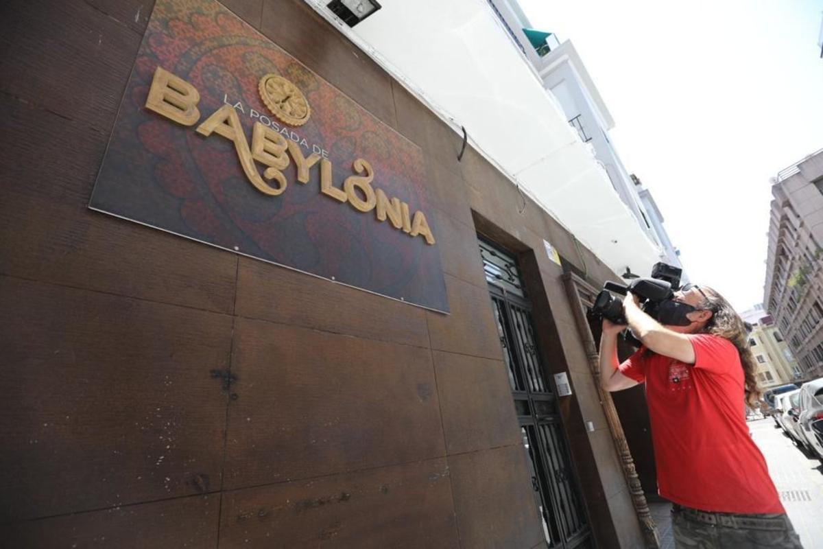 Un cámara graba la facha de ladiscoteca de Córdoba en la que se produjo el brote