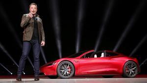 Musk presenta uno de sus modelos en noviembre del 2017.