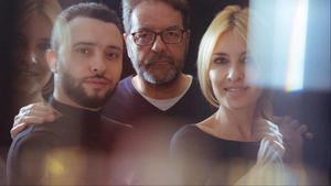 Abel Folk, director de '#PuertasAbiertas' entre Ayoub El Hilali y Cayetana Guillén Cuervo.