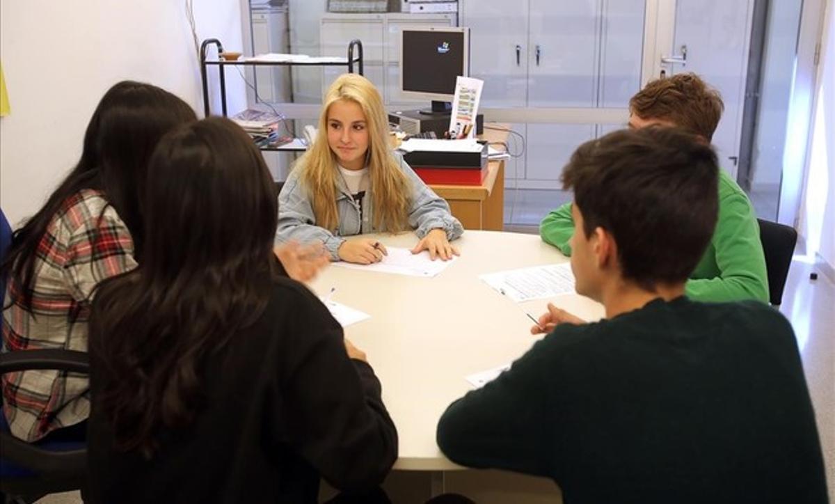 Reunión en el instituto Front Maritim de Barcelona donde han puesto en marcha un programa innovador para prevenir el bullyingentre alumnos.