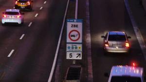 Barcelona y Madrid recrudecen la lucha contra la contaminación ambiental. En la imagen, un cartel de la nueva Zona de Bajas Emisiones en la Ronda de Dalt de Barcelona.