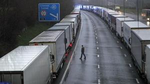 Camiones parados en Kent cerca del puerto de Dover.