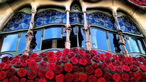 Ventanal adornado con rosas rojas de la Casa Batlló, en el paseo de Gràcia de Barcelona, para celebrar el día de Sant Jordi.