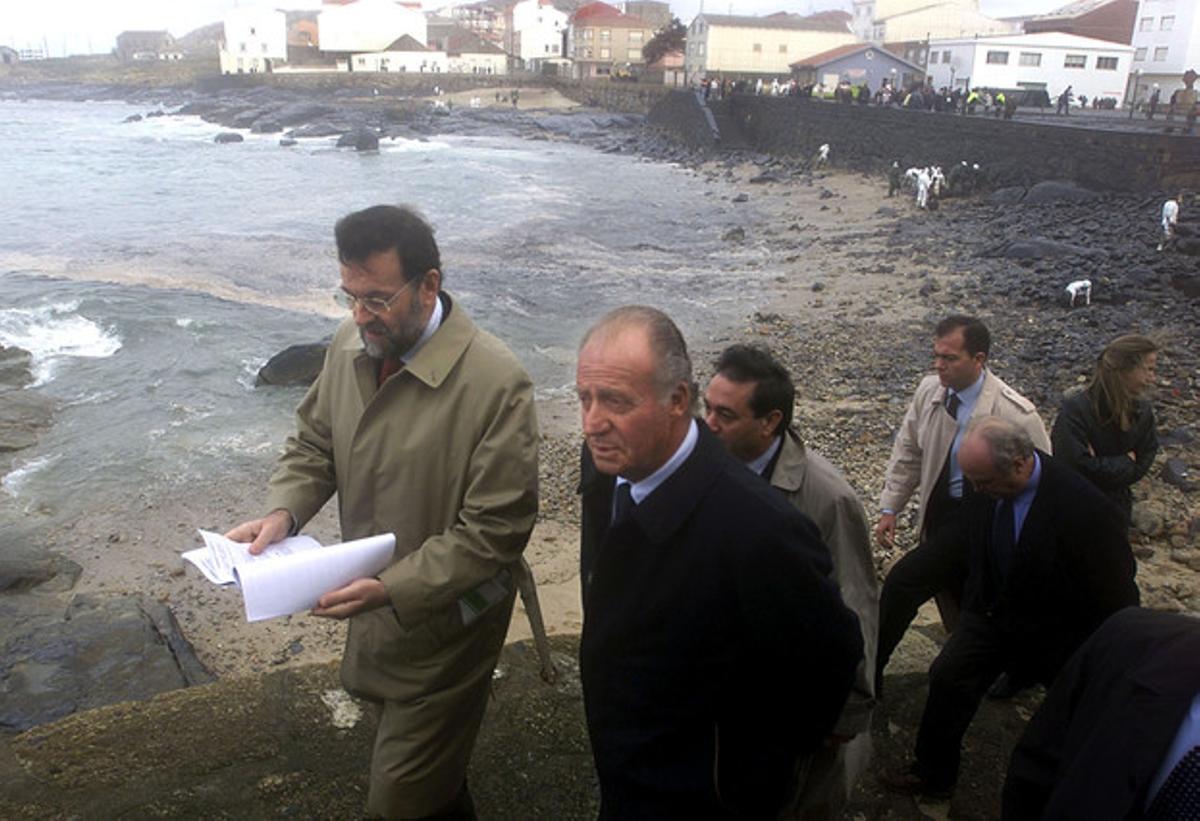 Mariano Rajoy, junto al Rey, visita Muxía, afectada por el vertido del 'Prestige', el 2 de diciembre del 2002.