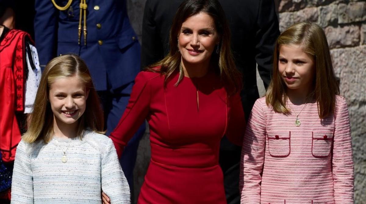 La reina Letizia posa sonriente junto a sus dos hijas, la princesa Leonor y la infanta Sofía.