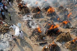 Crematorios masivos de víctimas del covid-19 en Nueva Delhi, India