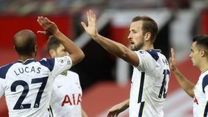 Kane celebra uno de sus dos goles al United.