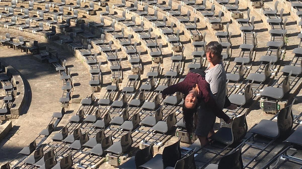 Camille Decourtye y BlaïMateu Trias, alma de Baród' Evel en su primera toma de contacto en el Teatre Grec donde estrenarán 'A tocar!', espectáculo inaugural del Festival de verano de Barcelona