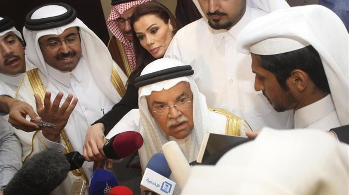 El ministro del Petróleo de Arabia Saudí, Ali al-Naimi , en el centro, habla con los medios tras la reunión de Doha.