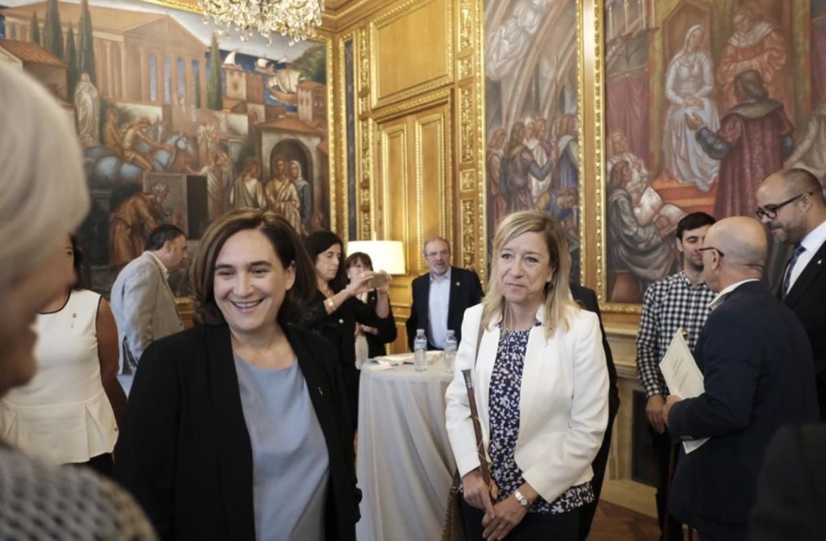 Ada Colau y Neus Lloveras, alcaldesa de Vilanova i la Geltrú y presidenta de la AMI.