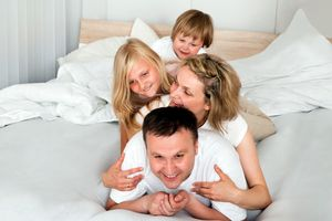 Un matrimoni amb les seves dues filles al llit