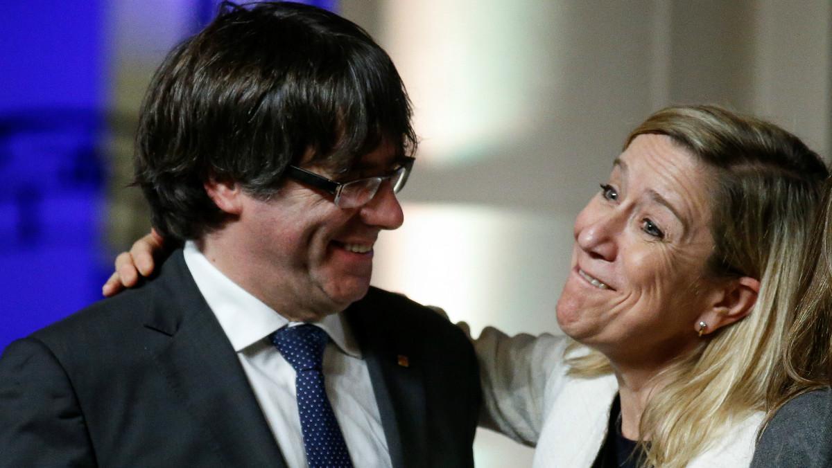 Carles Puigdemont y la presidenta de la Associació de Municipis per la Independència,Neus Lloveras.