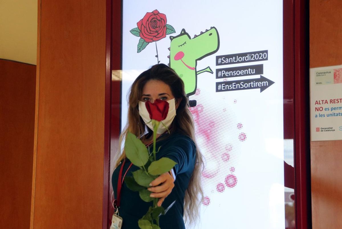 Una de las voluntarias que han entregado rosas al Hospital de Bellvitge el 23 de abril de 2020.