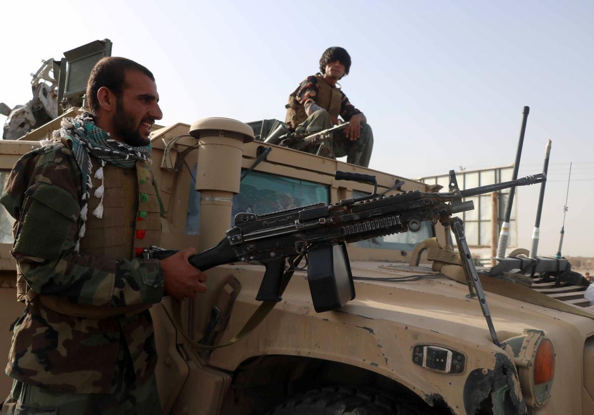 Soldados del Ejército afgano vigilan un puesto de control en Guzara, en la provincia de Herat, ante el avance de los talibanes.