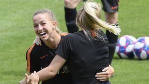 Jackie Groenen y Inessa Kaagman, en el último entrenamiento de las holandesas en Lyon.