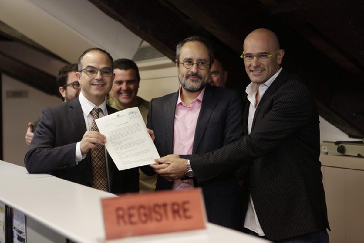 Los diputados de Junts pel Sí y la CUP presentan en el Parlament el anexo a su propuesta de resolución independentista.