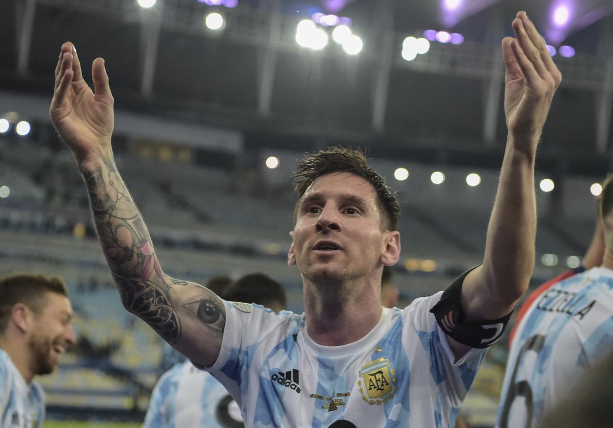 Messi festeja la Copa América tras ganar en la final a Brasil.