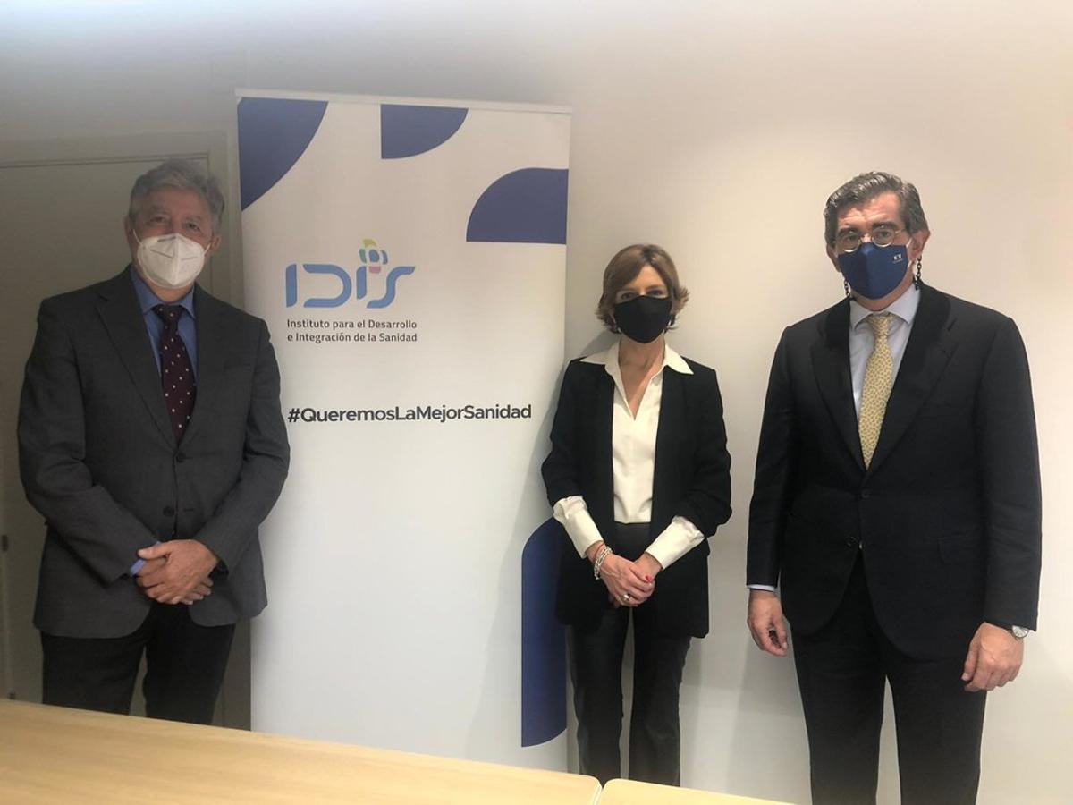 De izquierda a derecha Juan Abarca, Marta Villanueva y Ángel de Benito, presidente, directora y secretario general de la Fundación IDIS.