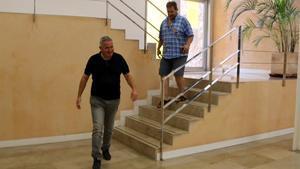 Els veïns que demanen l'AP-7 gratis es tanquen en una seu de la Generalitat