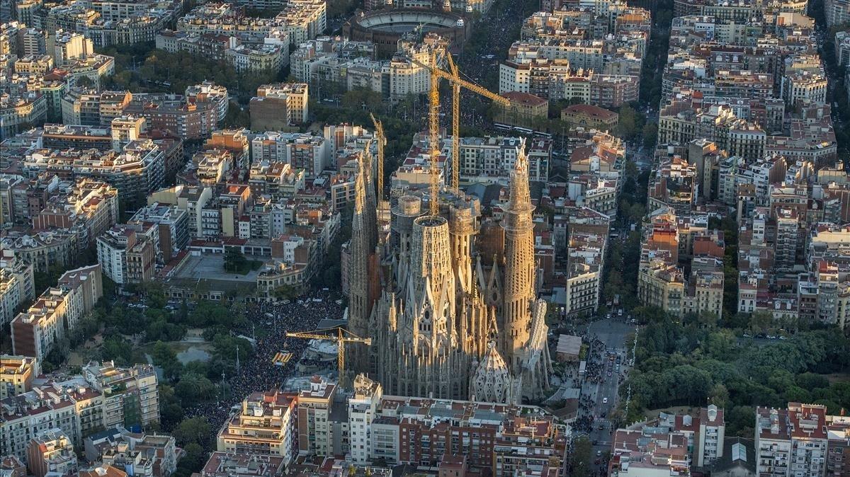 Vista aérea de Barcelona, sobre la Sagrada Família.