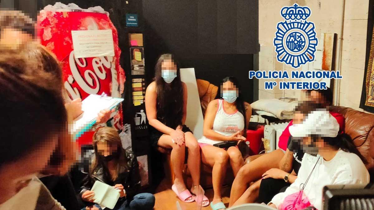 Algunas de las mujeres liberadas por los agentes de la Policía Nacional.