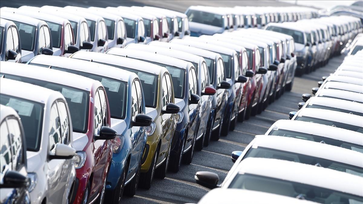 Vehículos esperando a ser embarcados para la exportación.