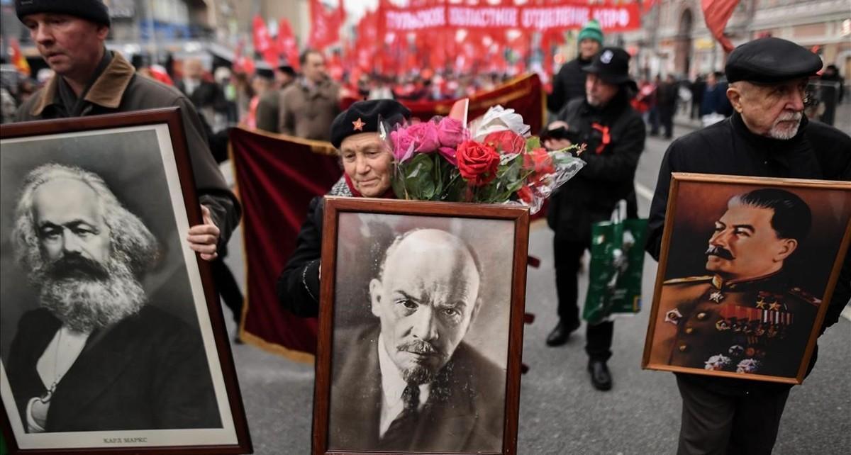 Partidarios de los comunistas rusos con retratos de Karl Marx, Vladimir Lenin y Joseph Stalin.