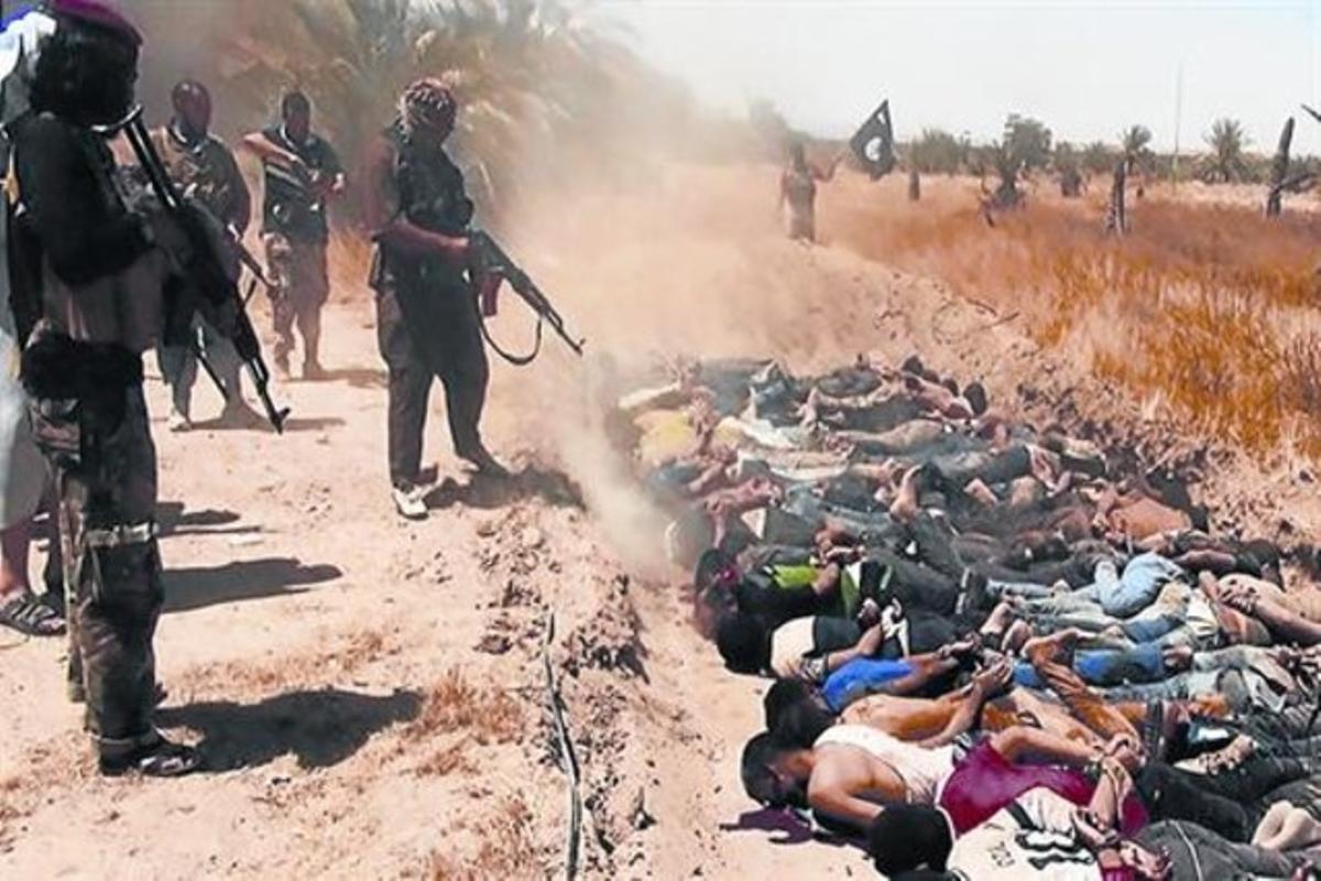 Miembros del Estado Islámico masacran disparándo ráfagas de kalashnikov a decenas de prisioneros en la provincia iraquí de Saladino.