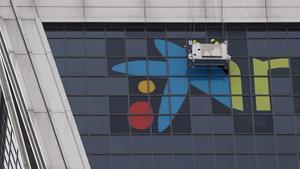 Retirada la marca Bankia en las Torres Kio de Madrid para que luzca CaixaBank
