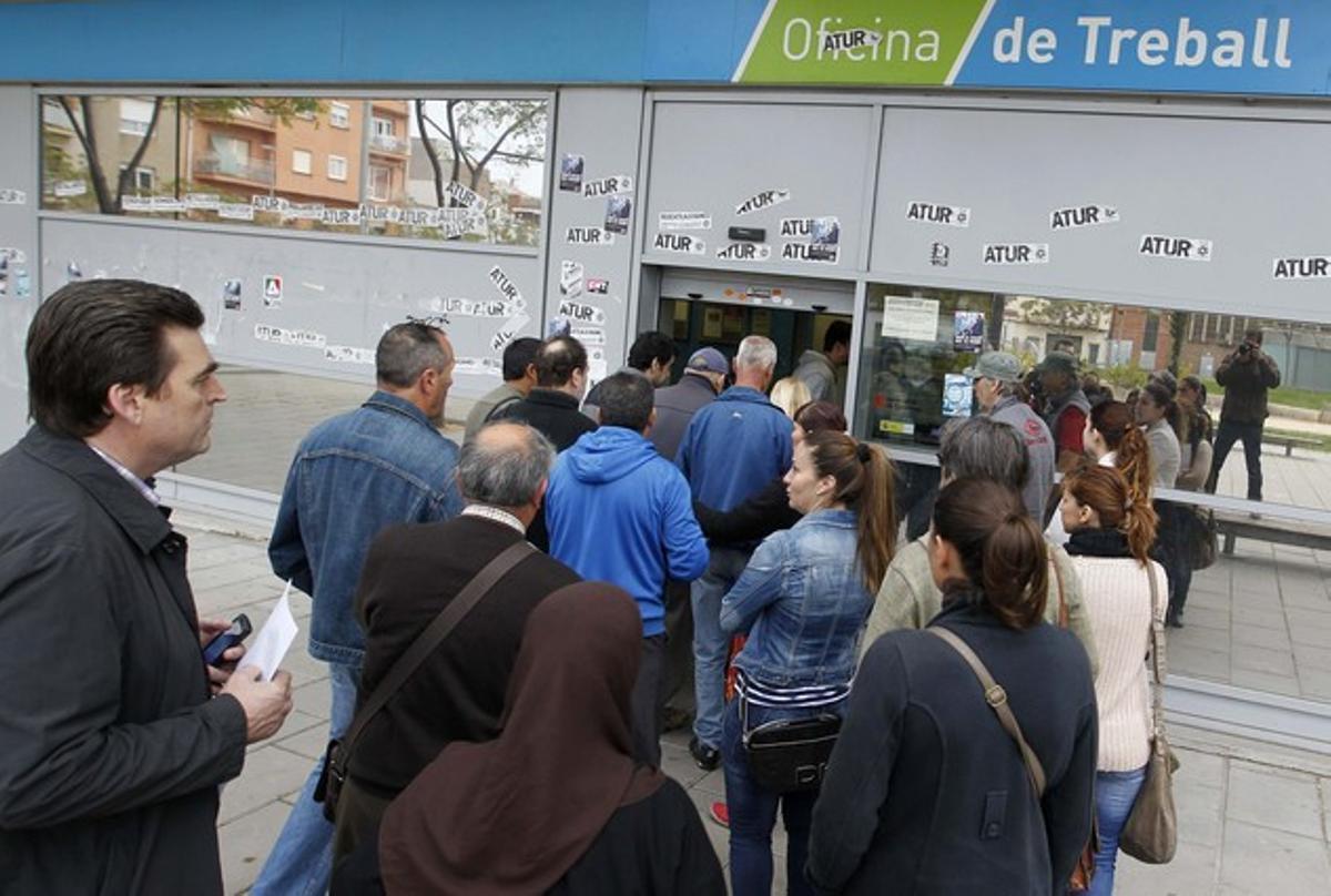 Un grupo de personas entra en una oficia de Treball en Badalona, el pasado abril.