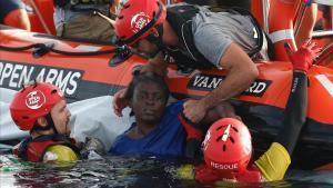 Miembros de Open Arms rescatan a una inmigrante camerunesa que trataba de sobrevivir en el Mediterráneo después de que su patera naufragara.