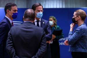 El presidente del Gobierno, Pedro Sánchez, con los primeros ministros de Holanda y Dinamarca, Mark Rutte y Mette Frederiksen, durante la reunión del Consejo Europeo de este 16 de octubre en Bruselas.