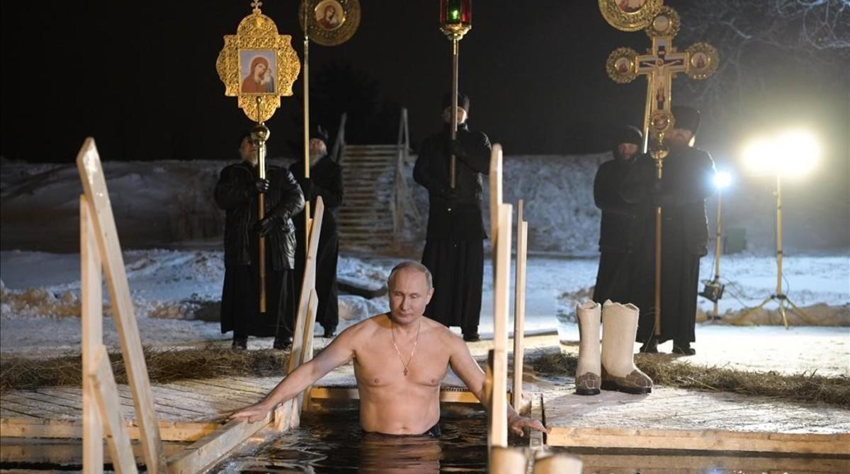 El presidente ruso, Vladimir Putin, se sumerge en aguas heladas para celebrar la Epifanía, rito religioso ortodoxo.