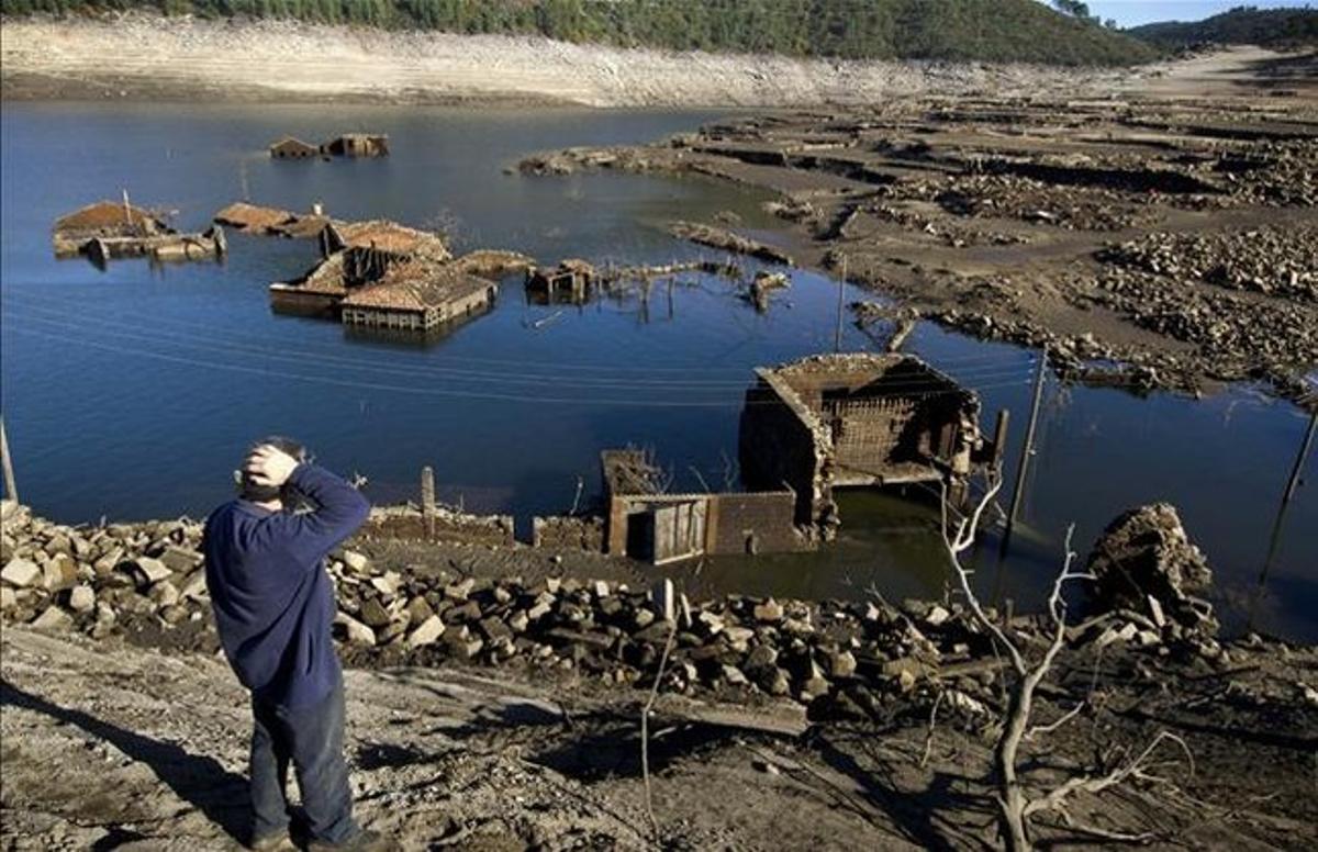 Las casas de Aceredo afloran por la bajada de las aguas.