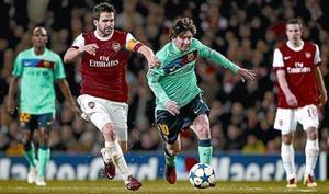 Messi forcejea con Cesc en el Arsenal-Barça del pasado miércoles en Londres.
