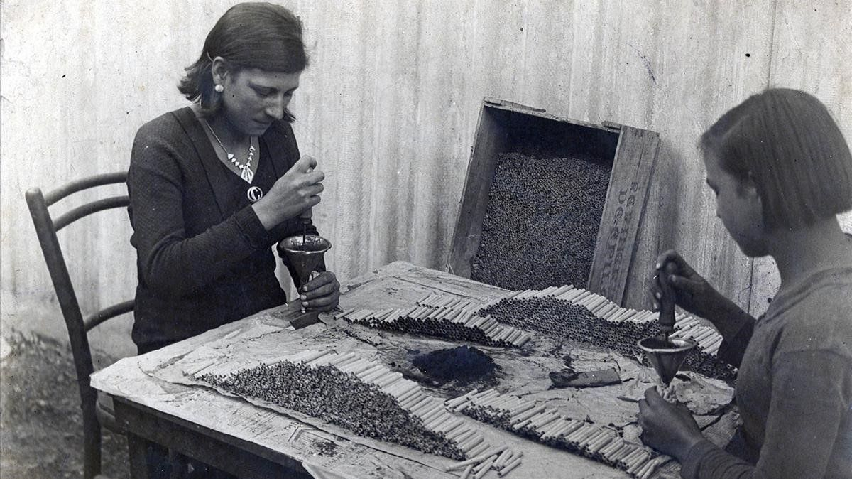 Dos empleadas de Francesc Igual, décadas atrás, introducen la pólvora en los petardos con sus propias manos.
