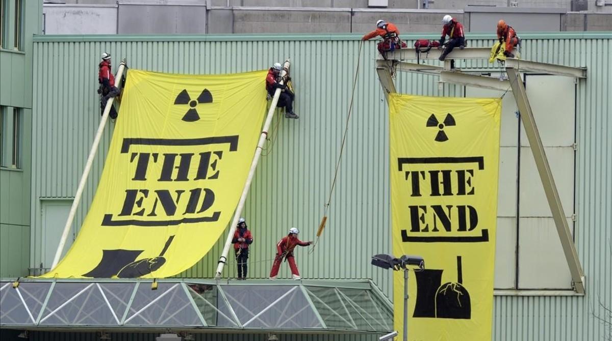 Protesta de Greenpeace en el 2014 contra la central nuclear suiza de Beznau, que ya lleva 47 años funcionando.